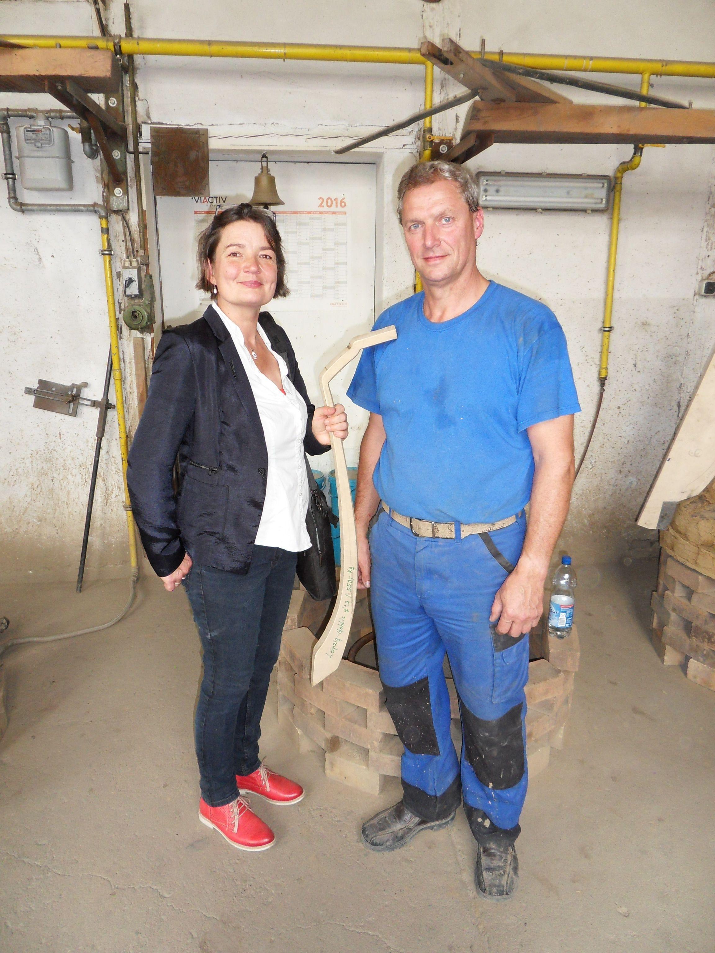 Maria Ondrej und Andreas Noack mit der Schablone für die Friedensglocke.