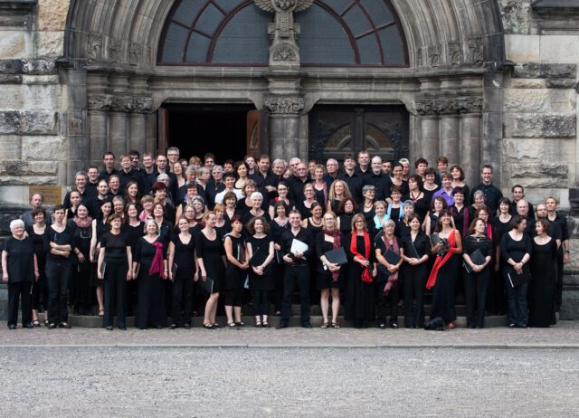 Chor auf den Stufen vor der Michaeliskirche