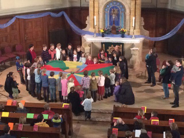 Kreis mit einem Sprungtuch im Gottesdienst in der Michaeliskirche