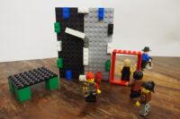 Lego: Eingangstür mit Figuren, die hinausgehen