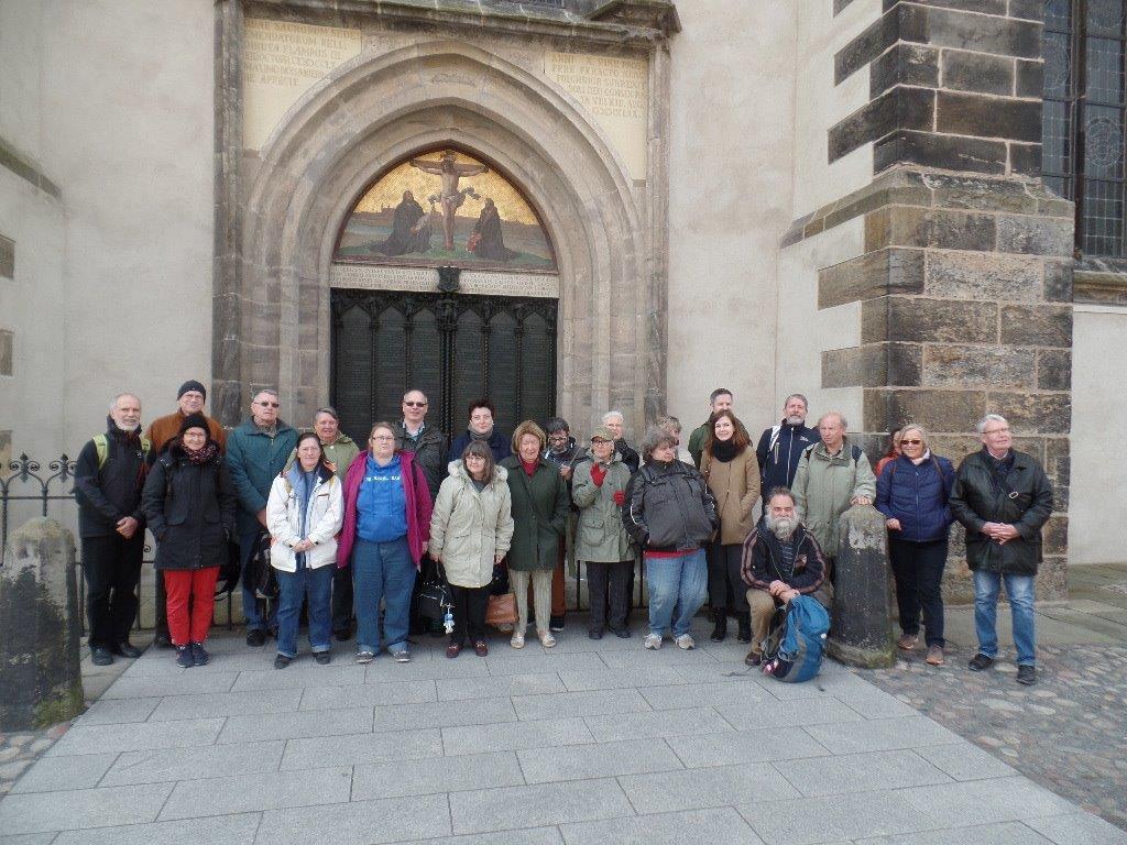 Gruppe von Menschen aus dem TeeKeller Quelle vor dem Lutherportal in Wittenberg